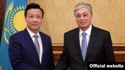 Президент Казахстана Касым-Жомарт Токаев и посол КНР в Казахстане Чжан Сяо в Акорде. 28 августа 2019 года.