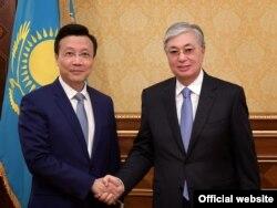 Президент Казахстана Касым-Жомарт Токаев (справа) и посол Китая в Казахстане Чжан Сяо. Нур-Султан, 28 августа 2019 года.