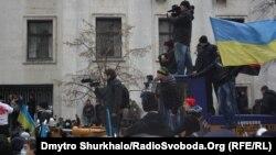 Журналісти біля Адміністрації президента
