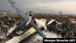Ekipet e shpëtimit afër avionit të rrëzuar në Katmandu të Nepalit. 12 mars, 2018