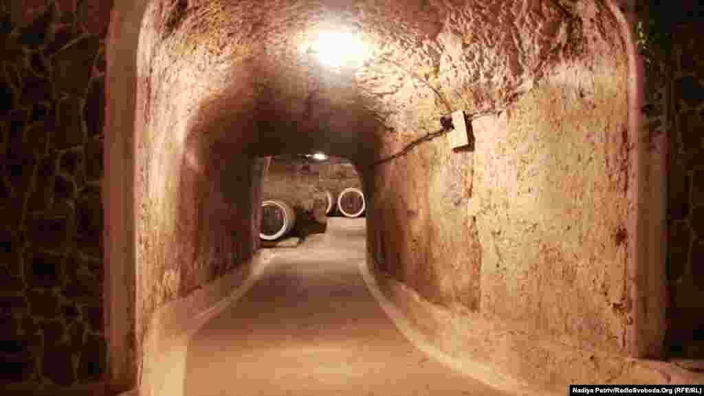 Якщо скласти в одну лінію всі коридори винних підвалів у Середньому, то вийде лінія завдовжки 4 кілометри