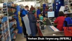 Очередь у кассы в строительном супермаркете во время «карантина»