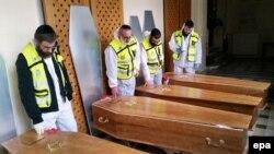 تابوت چهار یهودی که در جریان گروگانگیری در سوپرمارکتی در پاریس کشته شدند، پیش از انتقال به اسرائیل