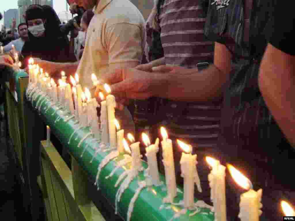 Iran - Svijeće - Svijeće su bile simbol opozicionog lidera Hosseina Musavia.