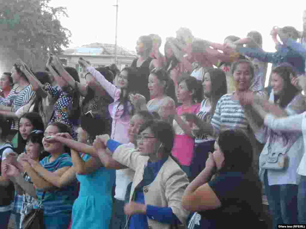 Молодежь поддерживает выступающих на сцене.