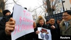 Акция поддержки казахстанских гражданских активистов против военного вмешательства России в ситуацию в Украине. Алматы, 3 марта 2014 года.
