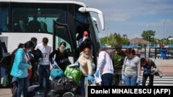 Muncitori sezonieri care pleacă din România