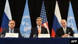 کری، لاورف و دی میستورا در کنفرانس خبری روز پنج شنبه در مونیخ