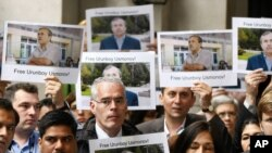 U.K. -- Director of the BBC World Service Peter Horrocks (C) and fellow BBC employees during a vigil for detained BBC journalist Urinboy Usmonov, London, 22Jun2011
