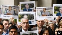 """BBC World Service"" bölüminiň ýolbaşçysy Piter Horroks (ortada) we BBC-niň işgärleri žurnalist Orunbaý Osmanowyň tussag edilmegine protest bildirýärler, London, 22-nji iýun."