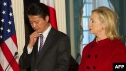 واشینگتن روز دوشنبه ۱۹ دسامبر؛ کوئیچیرو گمبا، وزیر خارجه ژاپن، در کنار هیلاری کلینتون، وزیر خارجه آمریکا