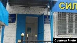 У здания тюрьмы в городе Павлодаре.