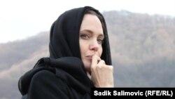 Angelina Jolie gjatë një vizite në Srebrencië
