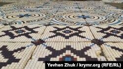 В некоторых местах на лестнице сохранилась богатая мозаика