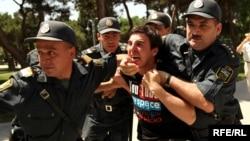 Arxiv foto, Bakıda müxalifət fəallarının keçirdiyi etiraz aksiyalarından biri. 12 iyun 2010