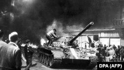 Советские танки в центре Праги, 21 августа 1968 года
