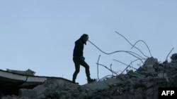 Турция: один из местных жителей на развалинах рухнувшего дома