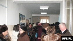 Медеу аудандық сотының дәлізінде. Алматы, 22 қаңтар, 2009 жыл.