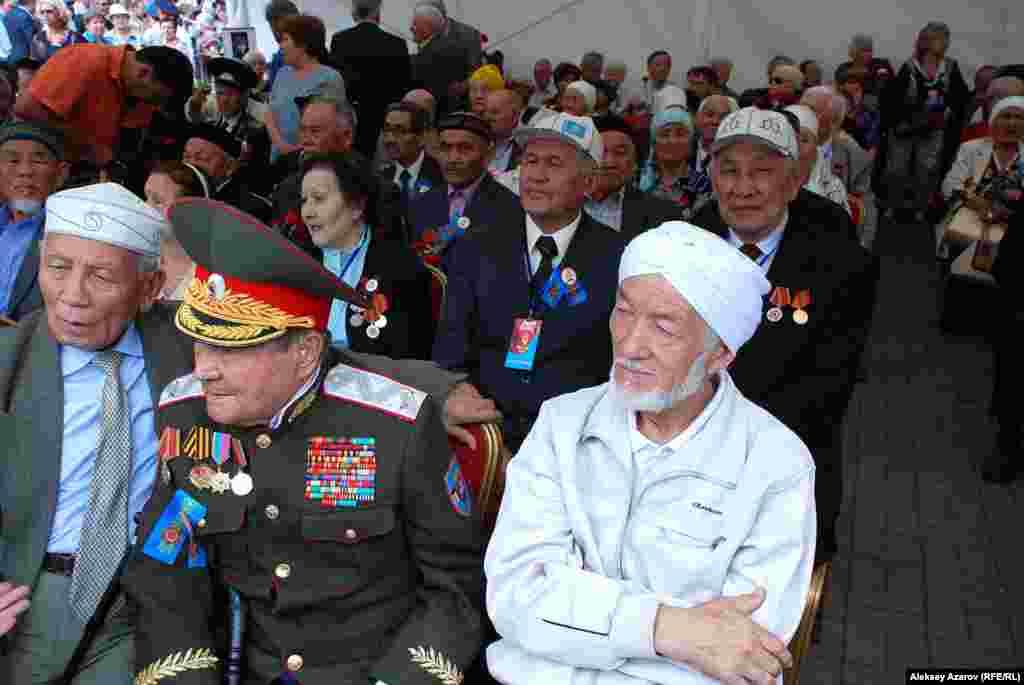 Недалеко от Мемориала Славы в шатре на стульях сидели ветераны Второй мировой войны и трудового фронта. Сейчас в Алматы – 817 ветеранов войны.
