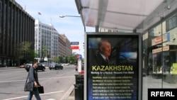 Вашингтондағы аутобус аялдамасында Қазақстан президенті Нұрсұлтан Назарбаев бейнеленген билборд ілініп тұр. Сәуір, 2010 жыл.