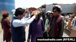 یو افغان ځوان وزیرستاني کډوال ته پکول په سروي