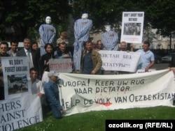 Акция протеста активистов узбекской оппозиции против режима Ислама Каримова перед зданием посольства Узбекистана в Брюсселе.