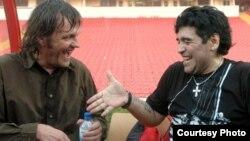 Dieqo Maradona və Emir Kusturisa (solda)