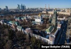 Вид на Новодевичий монастырь и Московский деловой центр