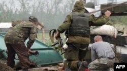 Украин әскерилері ресейшіл сепаратистермен ұрыс кезінде. Донецк маңы, 31 мамыр 2015 жыл.