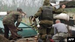 Украин ҳарбийлари ва исёнчилар ўртасидаги отишма пайтида олинган сурат.