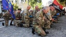 Militari, astăzi în Kiev, la Zidul celor Căzuți pe Front.