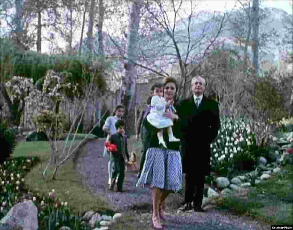 شاه ایران و خانواده، صحنه ای از فیلم مستند پیش از انقلاب