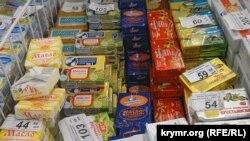 "Ukraine, Crimea, Simferopol - retail chain stores ""Apple"", the prices fo products; 19Sept2015"