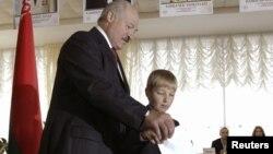 Лукашенко голосує разом із сином