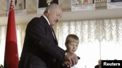 Президент Беларуси Александр Лукашенко со своим сыном Николаем во время парламентских выборов 2012 года.