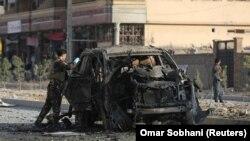 Сотрудники сил безопасности Афганистана у места взрыва. Кабул, 13 ноября 2019 года.
