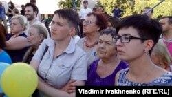 Надежда Савченко пришла на акцию в поддержку Олега Сенцова вместе с мамой