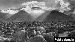 """(Фатаграфія """"Біблейскі краявід"""" перазьнята з выданьня: Ansel Adams. The Camera. The Ansel Adams Photography. Series 1. – New York, Boston, London, 2009.)"""
