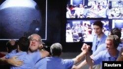 Echipa Laboratorului de știință Marte se felicită la primirea primelor imagini de la robotul Curiosity