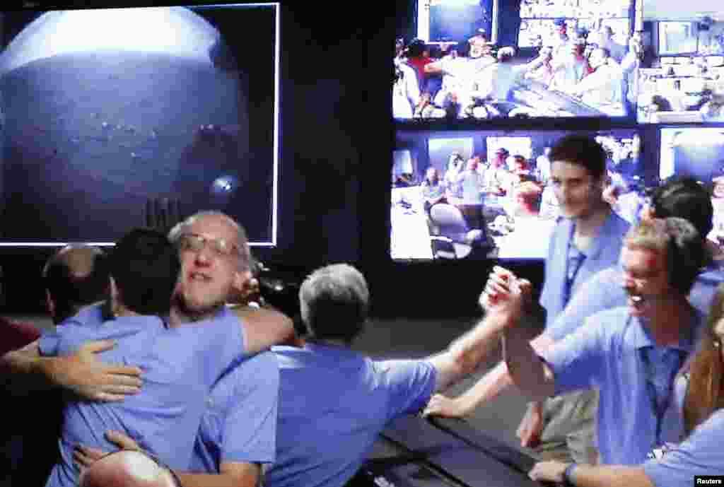Članovi NASA-inog tima sa oduševljenjem su pratili uspješno slijetanje rovera