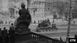 Советский танк в центре Праги, 5 мая 1945 года