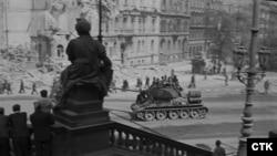 Советский танк в центре Праги, май 1945 года