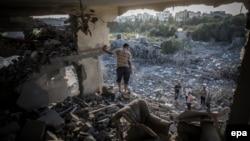 Палестинець оглядає руйнування після авіаудару Ізраїлю, архівне фото