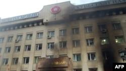 Демократиялық партия белсенділері өртеп, тонауға салған Моңғол халықтық-революциялық партиясының (бұрынғы коммунистердің) штаб-пәтері. Ұланбатыр, 1 шілде, 2008 жыл.
