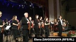 Концерт прошел успешно, и хотя зал не был полон, настроение публики было приподнятым и благодарным