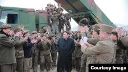 Жол башчы Ким Чен Ын аскерлер менен жолуккан учур. 4-мартта, 2016-жыл.