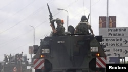 O unitate KFOR într-o misiune de patrulare