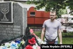 Максім Хлябец ля памятнага знака на месцы гета ў Берасьці