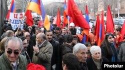 ՀՅԴ-ի եւ ՀԱԿ-ի անդամները բողոքի ցույց են անցկացնում Ազգային ժողովի շենքի մոտ: 28-ը փետրվարի, 2012թ.