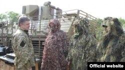 Петро Порошенко (ліворуч) під час робочої поїздки на Донбас. Неподалік від Слов'янська, 20 червня 2014 року